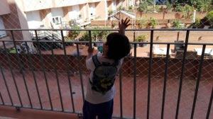 niño en el balcón
